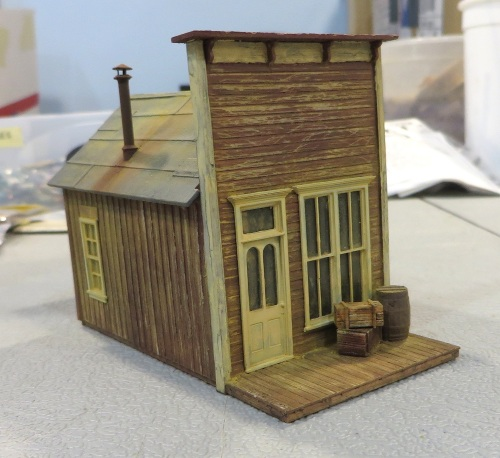 I used painting and weathering techniques that I have used elsewhere on this blog. The most visible of these is probably the one for the deteriorating paint on the walls.